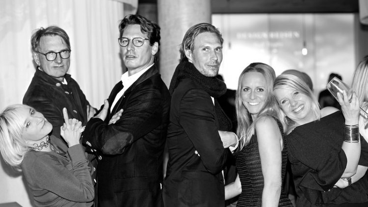 Marion Aliabadi mit Axel Ludwig, Tino Schuster und ihren Reisedesignerinnen