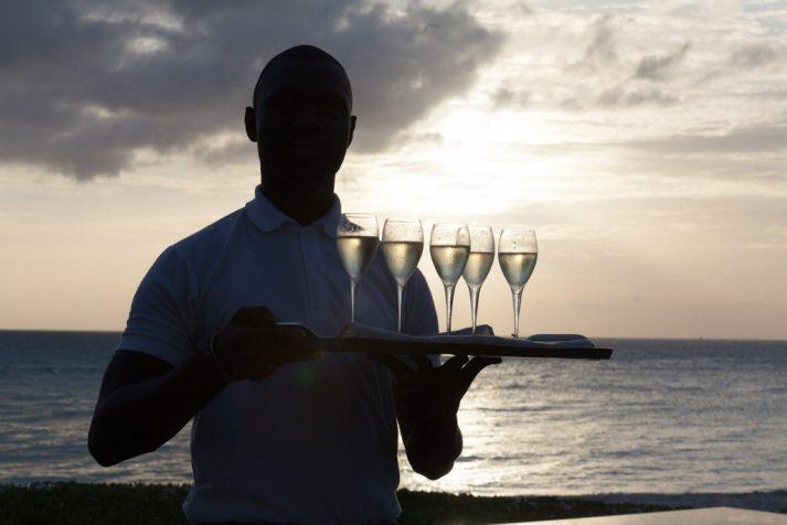 butler-james-serviert-den-champagner