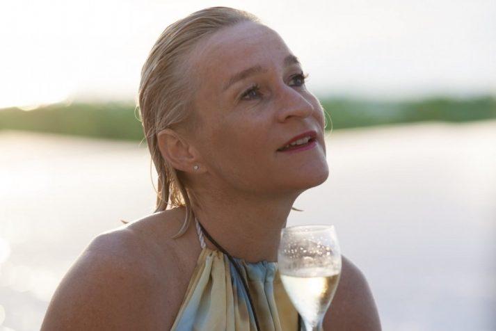 ich-geniesse-das-glas-champagner-beim-sonnenuntergang