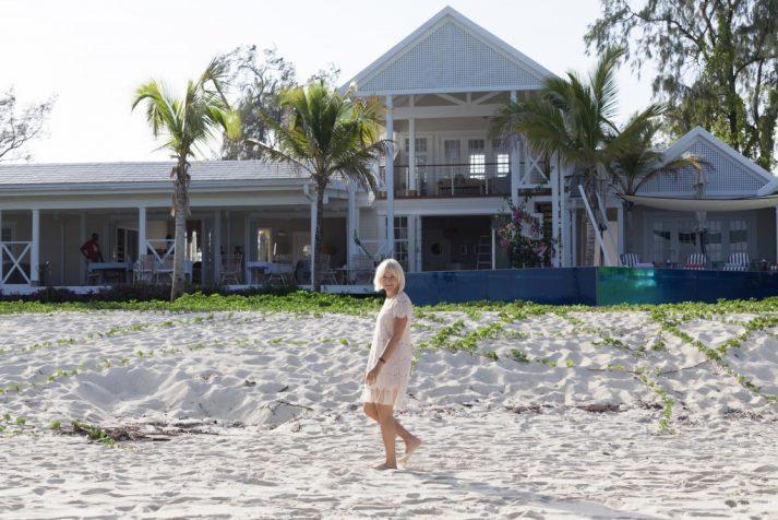 marion-vor-ihrer-villa-beim-spaziergang