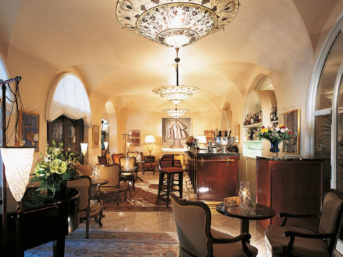 Das Wunderschöne Michelin Restaurant Oro Mit Seiner Namensgebenden Goldenen  Decke Wurde Von Dem Renommierten Innenarchitekten Adam D. Tihany  Ausgestattet.