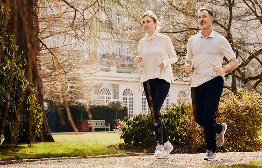 Villa-Stephanie-outside-couple-jogging.jpg-beitrag